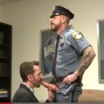 Policial super dotado transando com macho