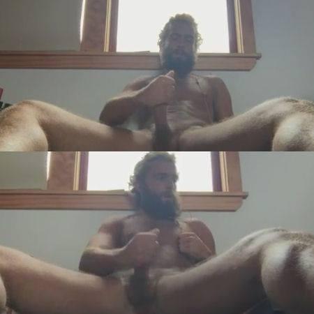 Macho barbudo na bronha em casa