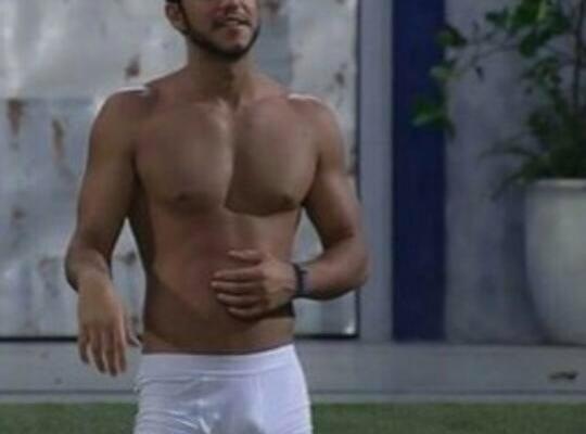 Matheus ex BBB de cueca branca na piscina