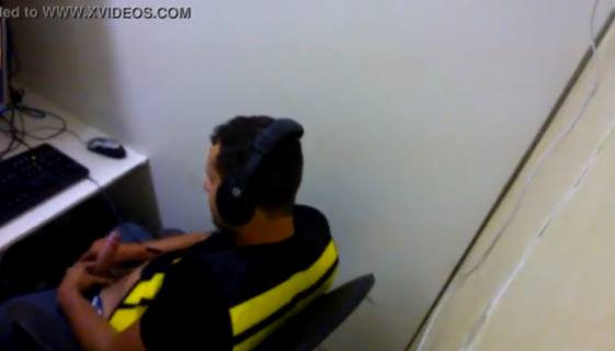 Macho motoboy dotado tocando bronha