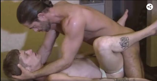 Loiro dando o cu para homem roludo gay