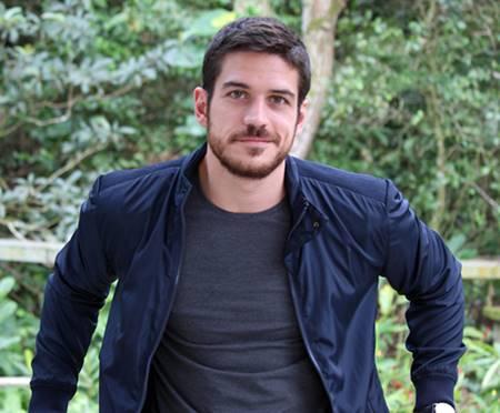Ator global Marcos Pigossi sem camisa e de cueca em fotos