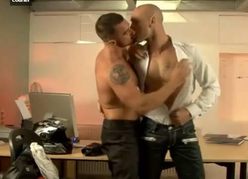 Homem careca dotado comendo o cu do amigo no escritório