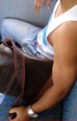 Homem sarado de pau duro no ônibus