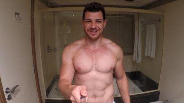 Ex-BBB15 Cézar Lima sem camisa e e vídeo de pau duro