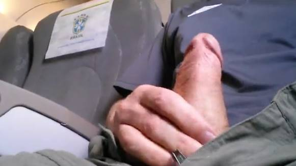 Homem tocando punheta avião