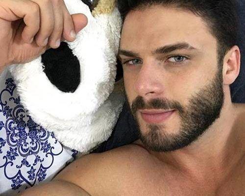 Rodrigo Marim exibindo seu corpo sarado