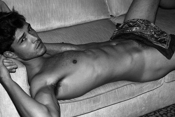 Modelo Francisco Lachowski mostra a bunda em fotos