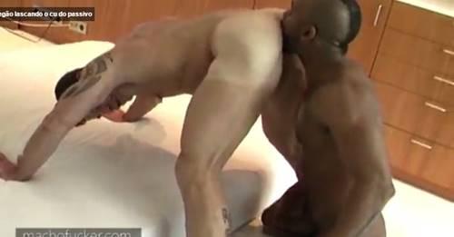 Gay lascando o cu do passivo rabudo
