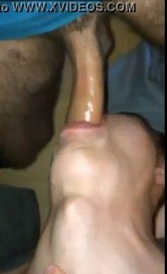 Garoto gay faz garganta profunda em macho dotadão