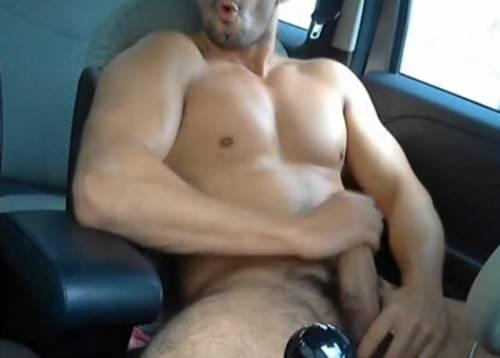 Gostoso sarado punhetando no carro