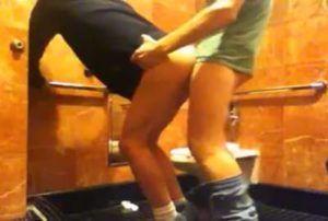 Homem guloso por cu metendo a pica no cuzinho do viado em banheiro público