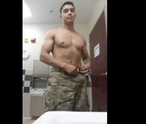 Militar dotado exibindo seu puzão