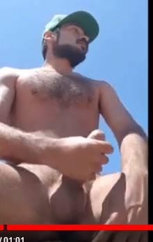 macho safado barbudo tocando punheta na praia