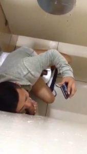 Novinho safado caindo de boca e mamando a rola do dotadão em banheiro público
