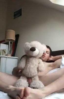 Novinho safado filma seu sexo com urso de pelúcia