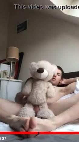 Novinho safado fudendo urso de pelúcia