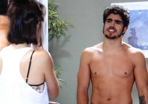 Caio Castro sem camisa em fotos