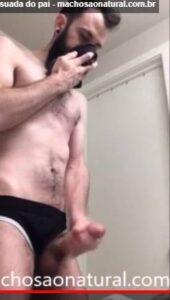 Macho gozou cheirando a cueca do pai em vídeo amador