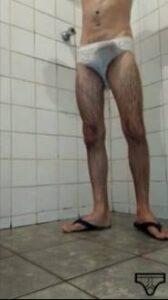 Moleque magrelo roludo tocando punheta no banho
