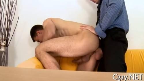 Video gay: garoto caiu na pica do patrão e mamou a rola do outro patrão na entrevista de emprego