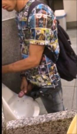 Porno Hub: Homem é flagrado mijando de pau duro