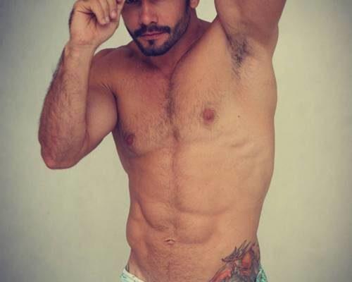 Brasileiro dotado Evandro Silveira tocando bronha antes do banho