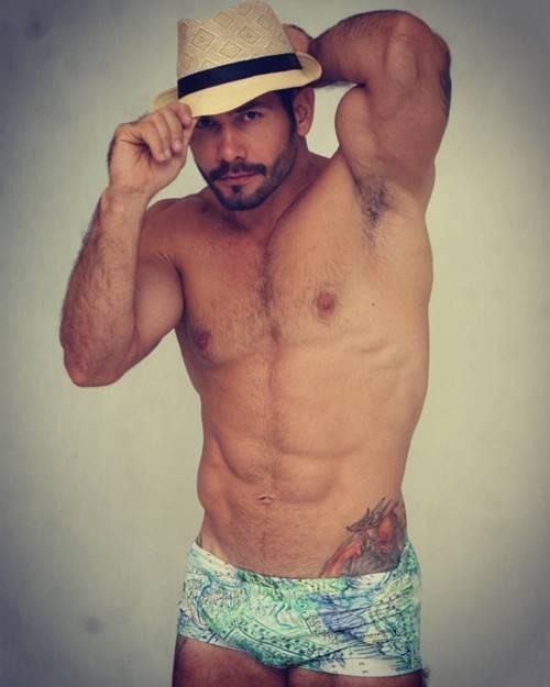 Brasileiro Evandro Silveira na bronha antes do banho