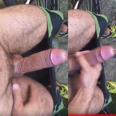 Homem ciclista dotadão tocando punheta após pedalada