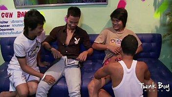 Twinks asiáticos na suruba gay