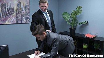 Patrão gay dotado fudendo seu assistente twink