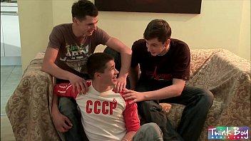 Sexo gay triplo de twinks dotados