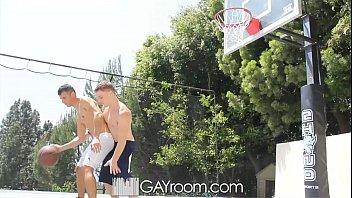 Atletas gays se comendo depois de jogar basquete
