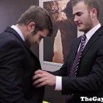 Homens gays de terno tirando a roupa pra fuder