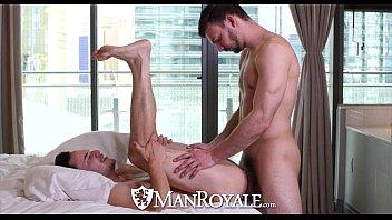 Massagista gay gostoso enrabando cliente