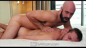 Viado barbudo e careca comendo cú de amigo gay