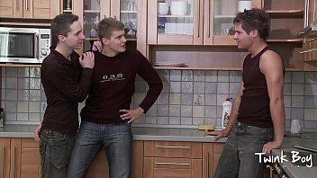 Suruba gay de três garotos pauzudos e gostosos
