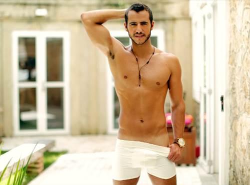 Matheus Lisboa de cueca branca