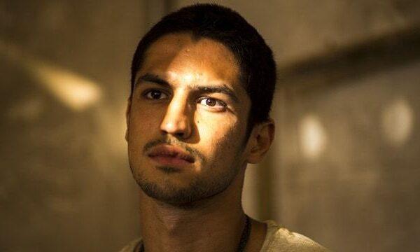 Gabriel Leone pelado em famoso nu