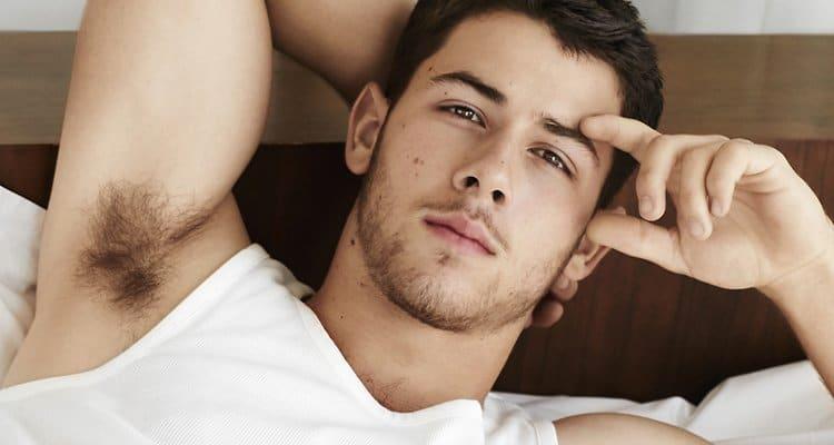 Nick Jonas pegando no pauzão