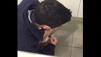 Batendo uma no banheiro - Flagras gay
