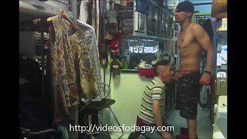 Funcionário chupando cliente da loja