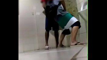 Pegacao no banheiro do shopping