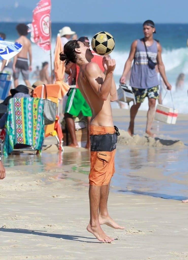 Bruno-Montaleone-pelado-na-praia-famosos-nu