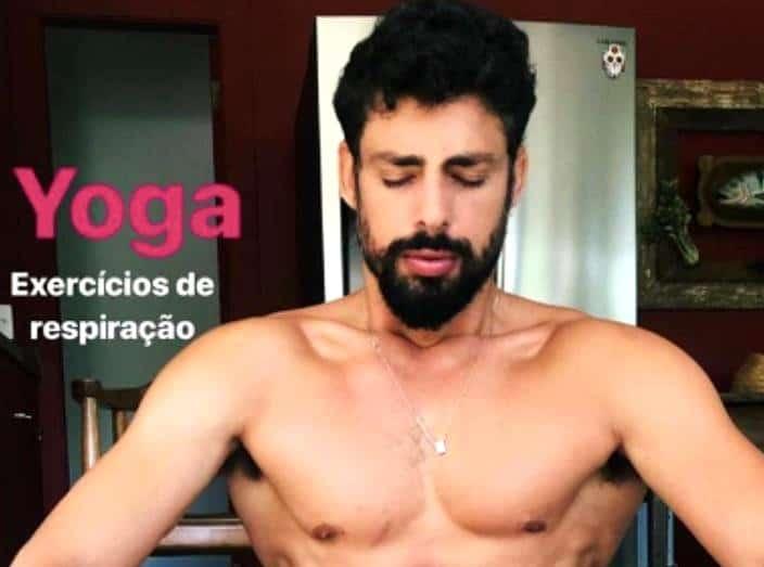 Cauã Reymond de cueca fazendo Yoga - Famosos