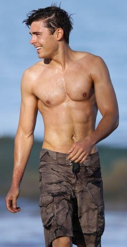 famosos-pelados-Zac-Efron-bem-dotado-gay-sarado