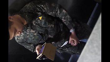 Flagra do soldado chinês punhetando no banheiro - Xvideos