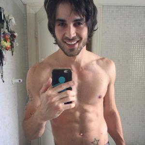 O gostoso do Fiuk sem camisa - Homens nus