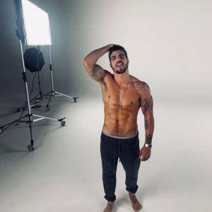 Caio Castro sem camisa - homens nus