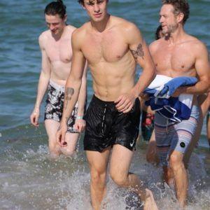 Shawn Mendes pelado e sem camisa na praia